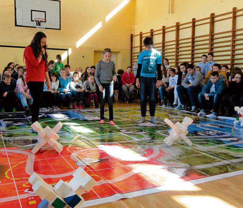 (© Fot. Barbara Ciryt) Uczniowie Szkoły Podstawowej w Skale podczas gry profilaktycznej